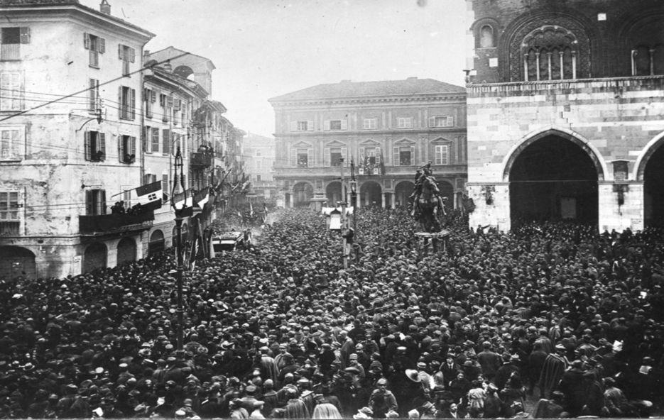 Adunanza in Piazza Cavalli